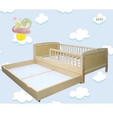 Priedes koka bērnu gultiņa ar barjeru un atvilktni.